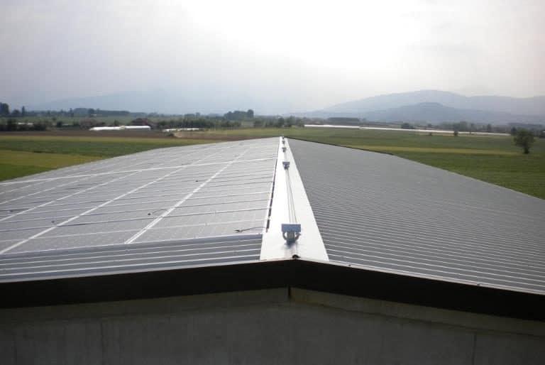 Copertura tetto in pannelli coibentati e impianto fotovoltaico su capannone agricolo