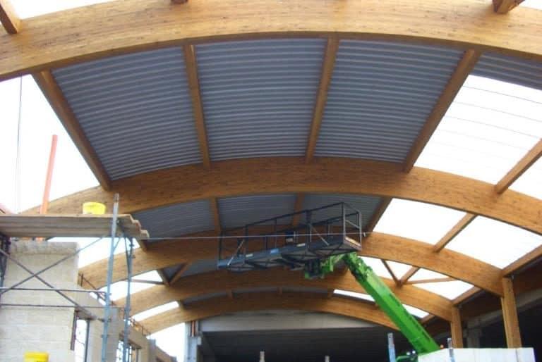Nuova copertura tetto edifico commerciale coibentata in opera su struttura in legno lamellare