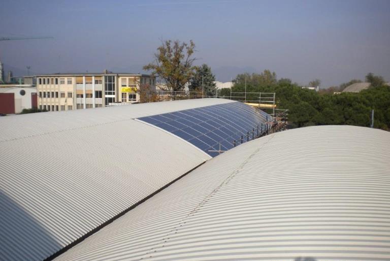 Rifacimento copertura e facciata con pannelli fotovoltaici su struttura industriale in ferro