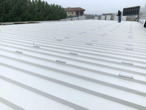 Posa di nuove staffe in alluminio per l'installazione di moduli solari