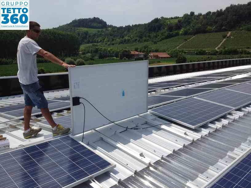 posa pannelli solari su tetto industriale