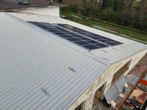 tetto industriale con impianto fotovoltaico