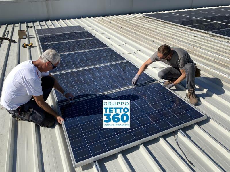 Rifacimento di un tetto con impianto fotovoltaico per infiltrazioni d'acqua